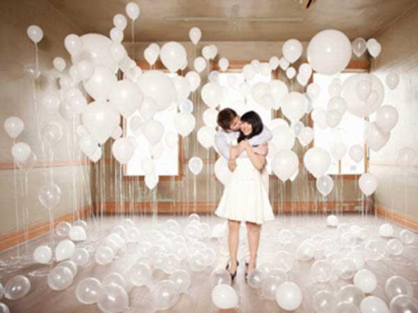 white balloon display